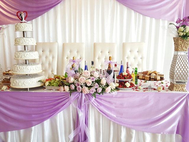 Festvåning Månskäran - Honnörsbord i bröllopsdukning