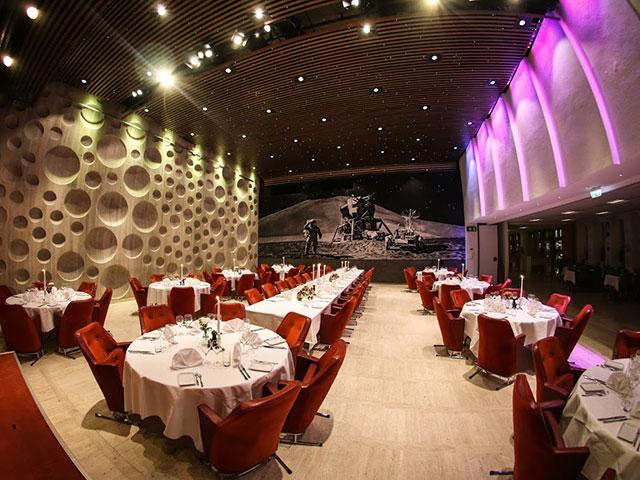City Konferensen - Runda bord med röda dukning och röda stolar