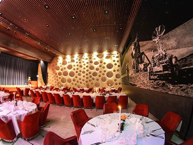 City Konferensen  - Runda bord, avlångt bord och konst