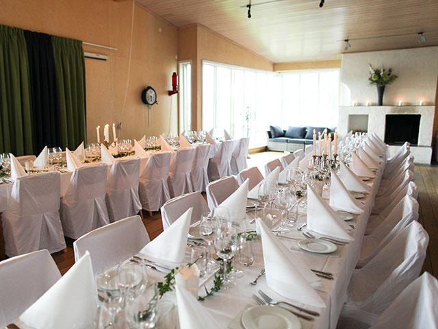 Dukade bord och öppen spis på Sjöhuset