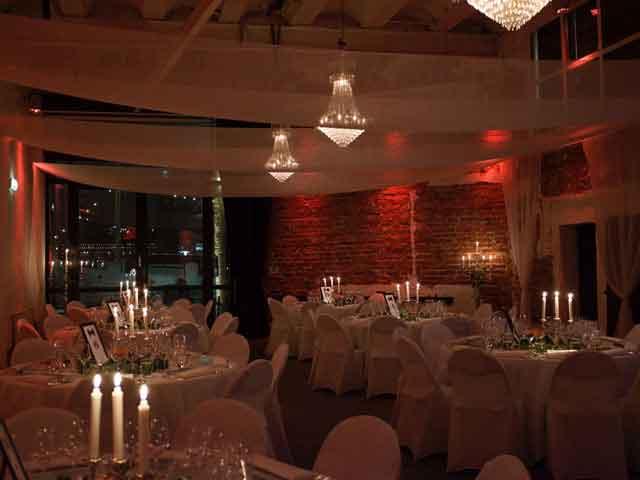 Skyddsrummet - Runda bord elegant uppdukat
