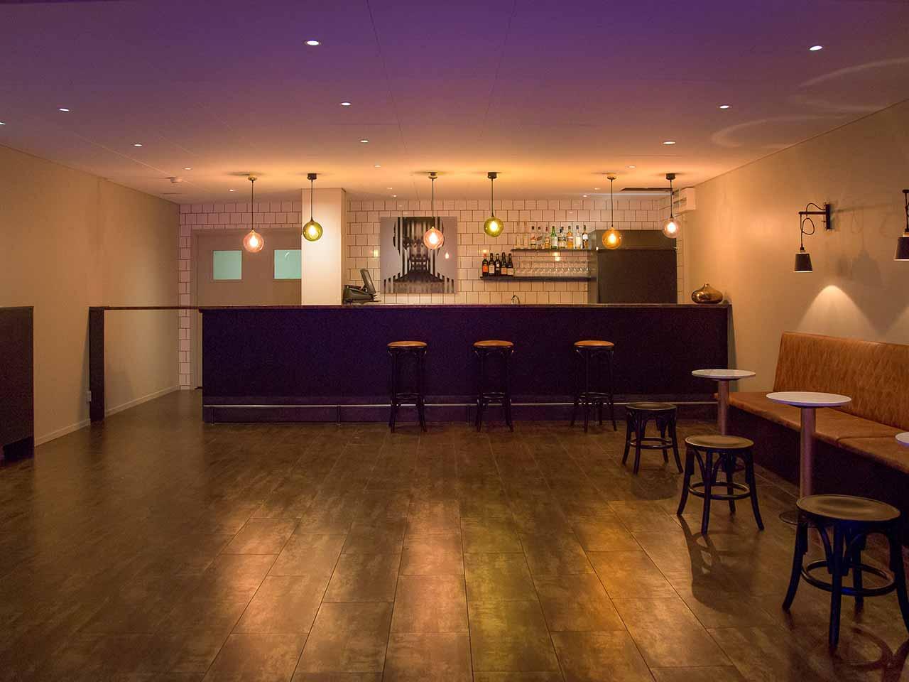 Venue 81 - Rum med bar och barstolar
