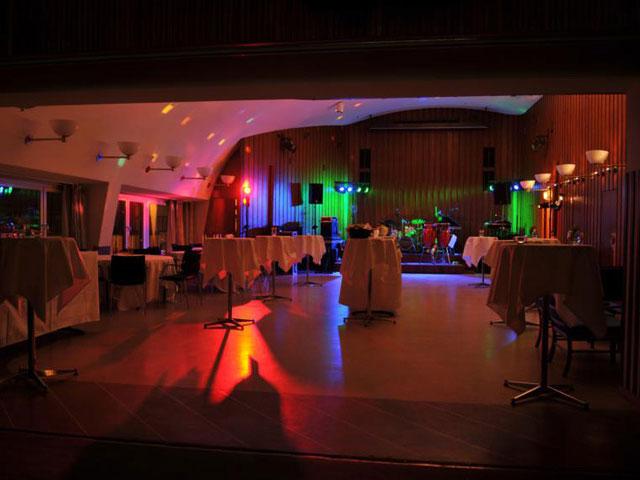 Bygget med ståbord för mingelfest
