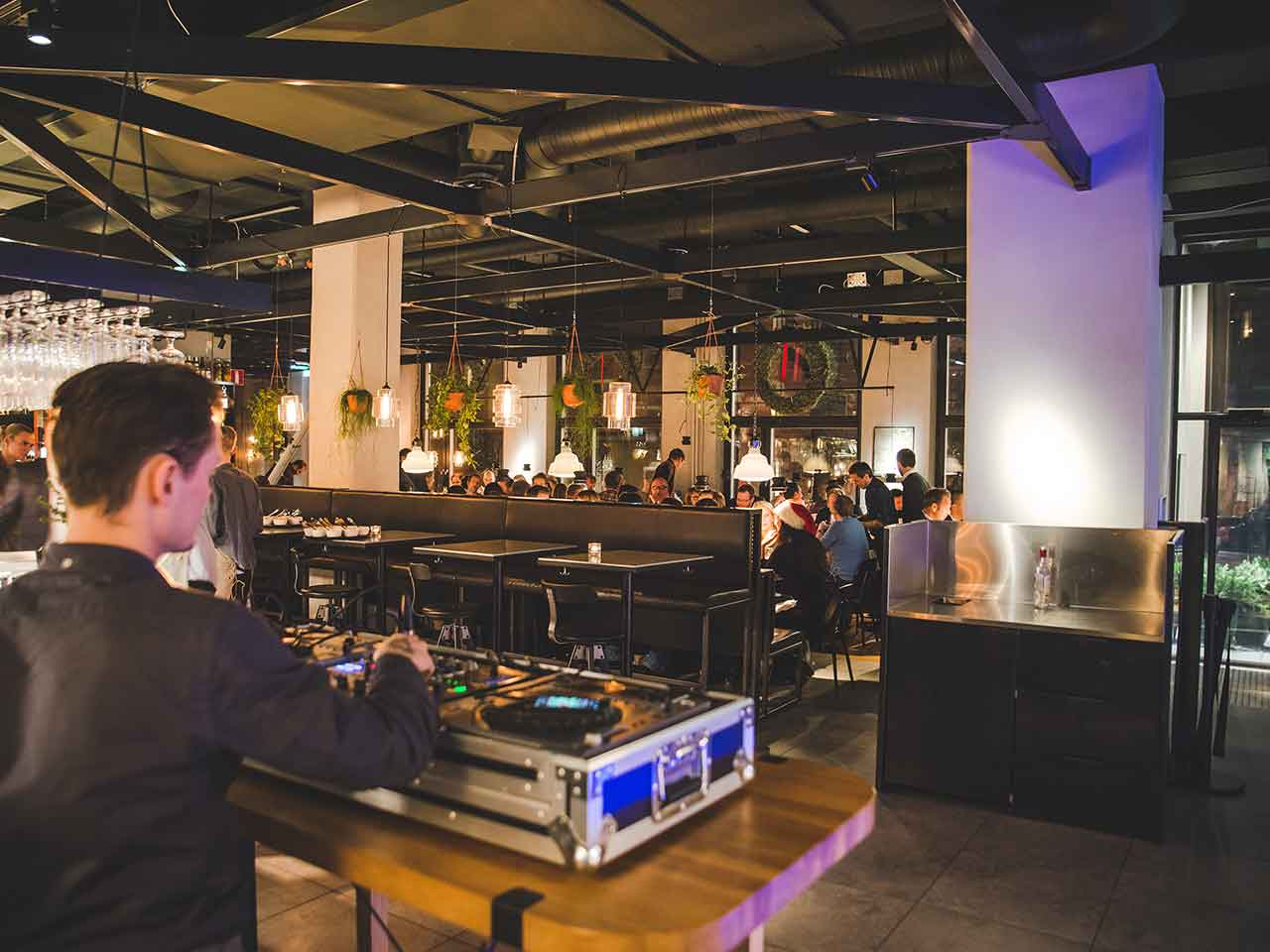 Festvåning på Torsgatan - DJ i matsalen