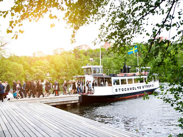 Winterviken - Båten lägger till på ångbåtsbryggan